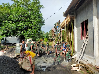 Kodim tobelo bersama warga lakukan pengecoran lantai teras GKMI Eben heazer (Foto Willy Parton Liputan-Malut)