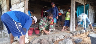 Sertu Jumono bantu warga bangun pondasi rumah (Foto WP Liputan Malut)