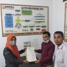 Kuasa Hukum Usman-Bassam saat melaporkan Kades Marabose (Foto Jul Liputan-Malut)