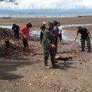 Pembersihan pantai peleri oleh Koramil bersama pemuda (Foto WP Liputan Malut)