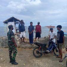 Babinsa bere bere komsos bersama nelayan (Foto WP Liputan Malut)